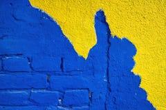 Brique bleue avec la façade jaune Photographie stock