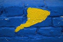 Brique bleue avec la façade jaune Image libre de droits