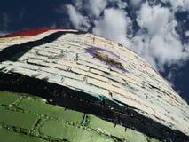 Brique de graffiti par des nuages images stock