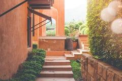 Brique de sentier piéton ou de mener de voie au jardin extérieur avec la fusée de lumière du soleil à l'arrière-plan photographie stock libre de droits
