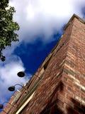 Brique et ciel Images stock