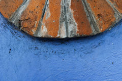 Brique et texture bleue de mur Photo stock