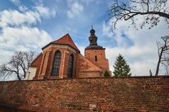 Brique, mur médiéval et l'église paroissiale gothique photos stock