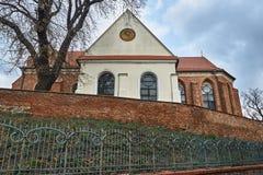 Brique, mur médiéval et l'église paroissiale gothique photographie stock