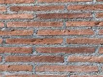 Brique orange naturelle avec le mur gris de ciment Image stock