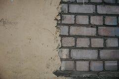 Brique rouge sous le mur en b?ton Suface texturis? Mur peint par moiti? Fond Fissures et rugosit? photographie stock libre de droits