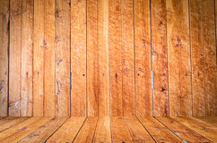 Brique rouge texturisée sale et mur en pierre avec le plancher en bois brun chaud à l'intérieur du vieil intérieur, de la maçonne Image stock