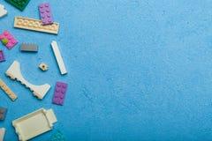 Briques colorées de jouet, cube, blocs Copiez l'espace pour le texte photos stock