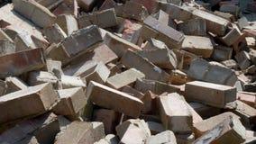 Briques dégringolant sur une pile de blocaille de démolition banque de vidéos