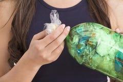 Briques d'Eco - réutilisation des déchets de plastique Photos stock