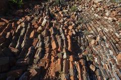 Briques de construction effondrées de mur Photo libre de droits