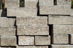 Briques de construction empilées dehors en soleil Images libres de droits