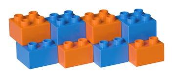 Briques en plastique bleues et oranges de jouet Photographie stock