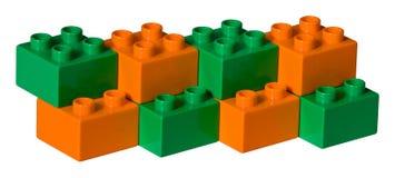 Briques en plastique vertes et oranges de jouet Photo libre de droits