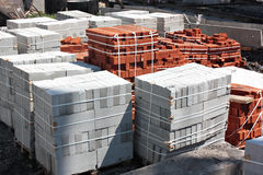Briques et blocs de béton sur un chantier Photographie stock