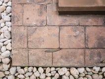 Briques et petites pierres sentier piéton, trottoir Photos stock