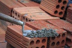 Briques et truelle empilées Photos libres de droits