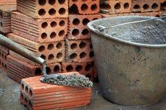Briques et truelle empilées Images libres de droits