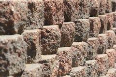 Briques rougeâtres dans une rangée Photos libres de droits