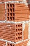 Briques rouges d'argile de construction de bord faisant le coin de brique Images libres de droits