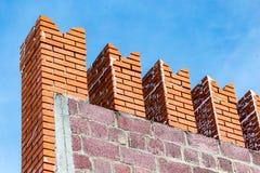 Briques rouges dans le mur de Kremlin contre le ciel bleu Image stock