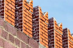 Briques rouges dans le mur de Kremlin contre le ciel bleu Photos libres de droits