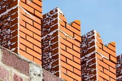 Briques rouges dans le mur de Kremlin contre le ciel bleu Photos stock