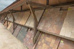 Briques sur l'affichage à un marché de jardin de pépinière Images stock