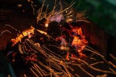 Briquetas del carb?n de le?a de Pit With Glowing And Flaming de la parrilla del Bbq, fondo o textura caliente, primer, visi?n sup fotos de archivo libres de regalías