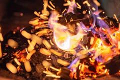 Briquetas del carb?n de le?a de Pit With Glowing And Flaming de la parrilla del Bbq, fondo o textura caliente, primer, visi?n sup fotografía de archivo libre de regalías