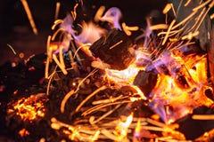 Briquetas del carb?n de le?a de Pit With Glowing And Flaming de la parrilla del Bbq, fondo o textura caliente, primer, visi?n sup foto de archivo libre de regalías