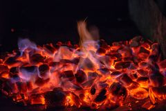 Briquetas del carb?n de le?a de Pit With Glowing And Flaming de la parrilla del Bbq, fondo o textura caliente, primer, visi?n sup imagen de archivo