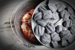 Briquettes d'Oven Stuffed Shells With Charcoal de Néerlandais de fonte photos stock