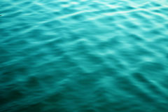 Bris som blåser blått vatten Royaltyfri Bild