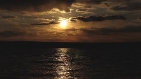 Brisa ligera en la superficie del agua Puesta del sol hermosa sobre el lago, el rastro de los resplandores del sol en el agua Agu fotos de archivo