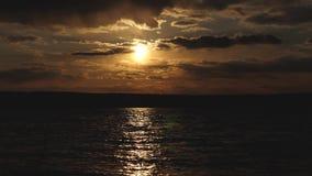Brisa ligera en la superficie del agua Puesta del sol hermosa sobre el lago, el rastro de los resplandores del sol en el agua Agu imagen de archivo libre de regalías
