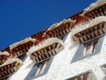 Brisar på den Potala slotten royaltyfria bilder