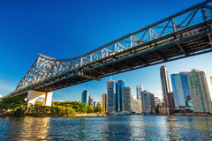 BRISBANE, AUS - 10. AUGUST 2016: Brisbane-Skyline mit Geschichten-Brücke Stockfotos