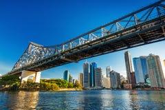 BRISBANE AUS - AUGUSTI 10 2016: Brisbane horisont med berättelsebron Arkivfoton