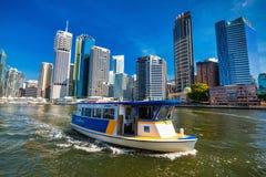 BRISBANE AUS - AUGUSTI 10 2016: Stadsfärja på floden i Brisbane Arkivbild