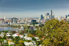 BRISBANE, AUS - 10 AUGUSTUS 2016: De Horizon van Brisbane zoals die van het noorden wordt gezien Stock Afbeelding