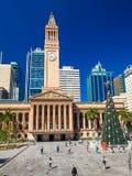 BRISBANE, AUS - 11 de diciembre de 2015: Vista ayuntamiento en Brisbane con un árbol de navidad Fotografía de archivo libre de regalías