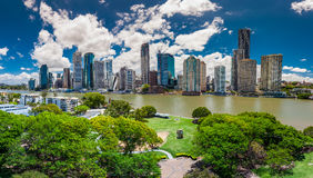 BRISBANE, AUS - 13 DE NOVEMBRO DE 2015: Vista panorâmica da skyline de Brisbane Imagens de Stock