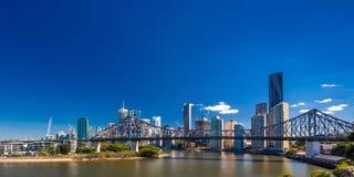 BRISBANE, AUS - 12. MAI 2015: Brisbane-Skyline mit Geschichten-Brücke lizenzfreie stockfotografie