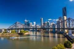 BRISBANE, AUS - 12. MAI 2015: Fähre unter Geschichten-Brücke im Br stockbilder