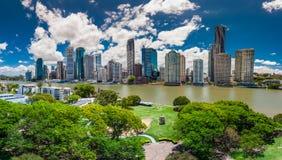 BRISBANE, AUS - 13. NOVEMBER 2015: Panoramablick von Brisbane-Skylinen stockbilder