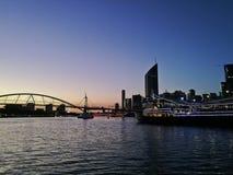 BRISBANE, AUSTRÁLIA - 4 DE AGOSTO DE 2018: Cena crepuscular calma do por do sol do rio de Brisbane com uma balsa do restaurante N imagens de stock