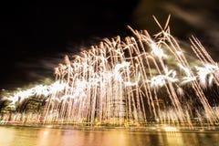 BRISBANE, AUSTRÁLIA, O 23 DE DEZEMBRO DE 2016: Fogos-de-artifício coloridos sobre a noite Fotografia de Stock Royalty Free