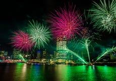 BRISBANE, AUSTRÁLIA, O 23 DE DEZEMBRO DE 2016: Fogos-de-artifício coloridos sobre a noite Fotos de Stock
