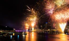 BRISBANE, AUSTRÁLIA, O 31 DE DEZEMBRO DE 2016: Fogos-de-artifício do ano novo em Southban Fotos de Stock